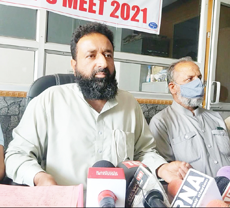 Traders and transporters of North Kashmir addressing a press conference on Thursday. — Excelsior/Aabid Nabi