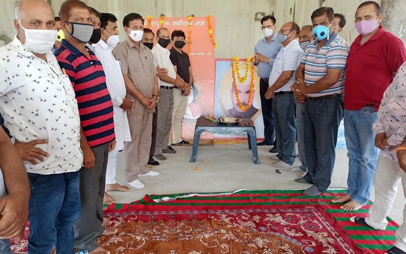 Prominent personalities of Dalit Samaj paying tributes to Shaheed Bhagat Amarnath at Bishnah on Tuesday.