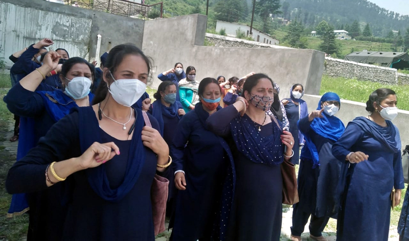 ASHA workers raising slogans during protest at SDH Bhaderwah on Friday. -Excelsior/Tilak Raj