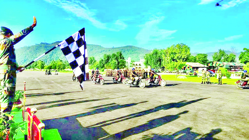 GoC 25 Div Maj Gen Rajeev Puri flagging off bike rally at Rajouri on Thursday.