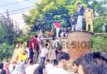 Despite pandemic, overwhelming rush of people in violation of COVID guidelines at Nishat Garden in Srinagar on Friday. -Excelsior/Shakeel
