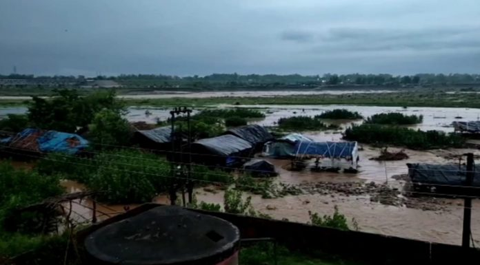 Flooded Ravi water enters some huts near river bank at Lakhanpur in Kathua on Monday. —Excelsior/Pardeep