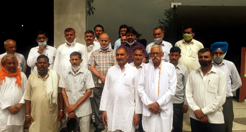 Ex-DyCM Tara Chand along with Cong Leaders during meeting in Akhnoor on Monday.