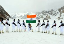 Soldiers holding the 'Swarnim Vijay Victory Flame' commemorating 50 years of Indian Armed Forces victory over Pakistan in 1971 war reached the frozen frontiers of Siachen Glacier in Ladakh on Tuesday. (UNI)