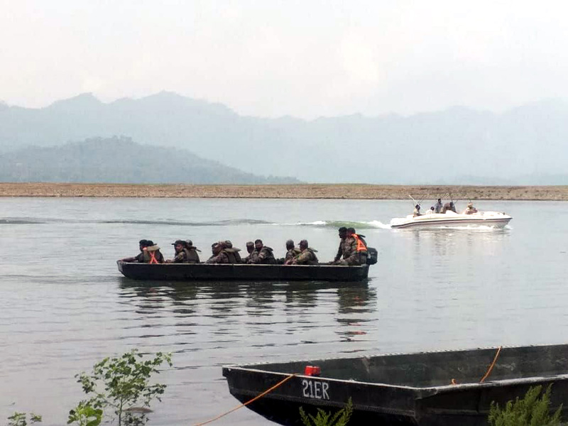 Army team with special divers conducting a search operation for missing pilots in Ranjit Sagar dam in Basohli tehsil of Kathua district on Wednesday. -Excelsior/Pradeep Sharma