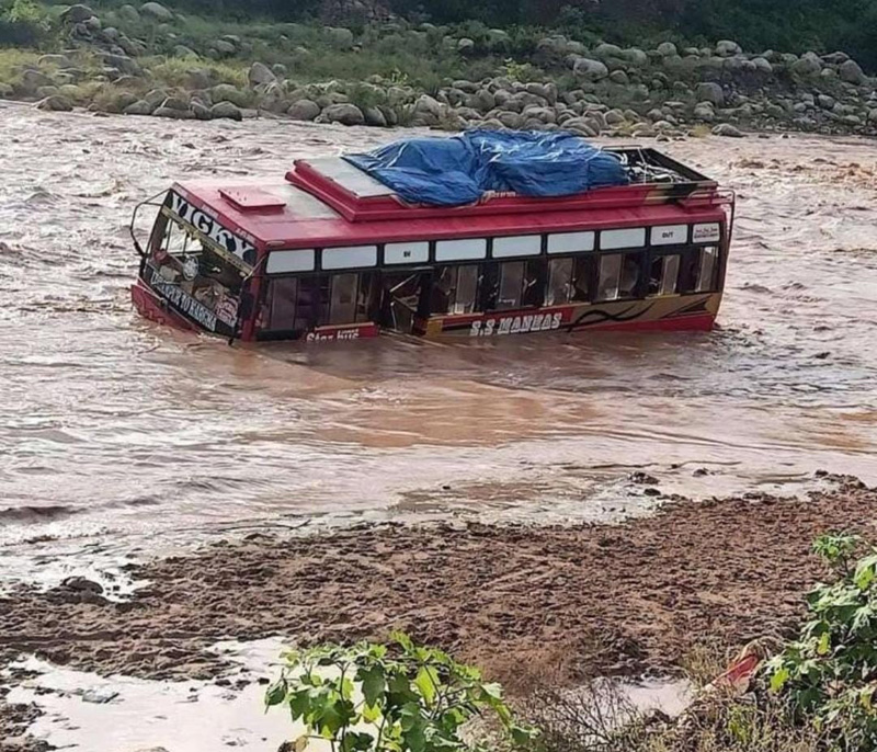 A bus stuck in Birma nallah in District Udhampur. —Excelsior/K Kumar