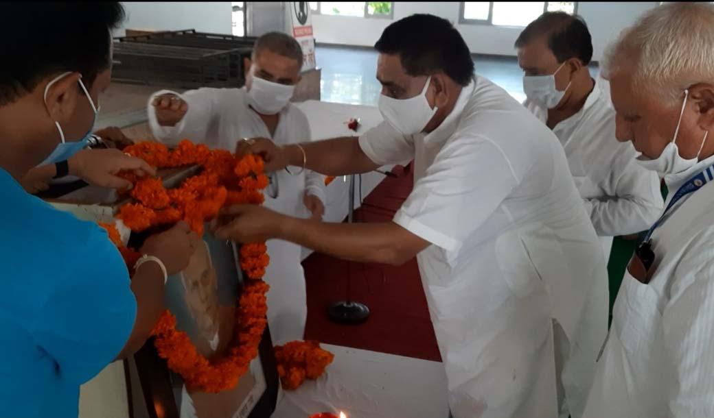 Mayor Chander Mohan Gupta paying tributes to Bharatiya Yog Sansthan Founder Late Prakash Lal.