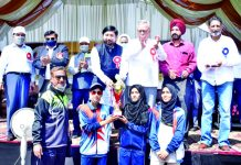 Union MoS for Youth Affairs & Sports presenting trophy to players in presence of Advisor Farooq Khan and other dignitaries at Srinagar on Wednesday.