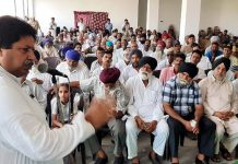 Cong leader Raman Bhalla interacting with prominent persons of Nanak Nagar area in Jammu to listen to their grievances.
