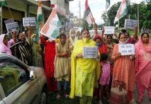 Mahila Cong activists staging protest against price hike of fuel and other essentials in Kathua on Sunday. -Excelsior/Pardeep