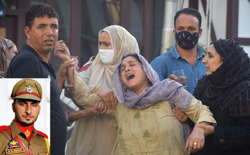 Family members of Sub Inspector Arshid Ahmad (inset) wailing after his killing on Sunday. —Excelsior/Shakeel