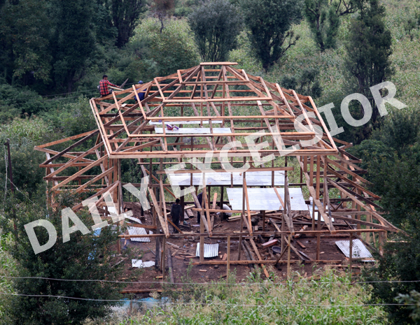 Villagers busy in building a wooden house ahead of winter season near Kud. —Excelsior/Rakesh
