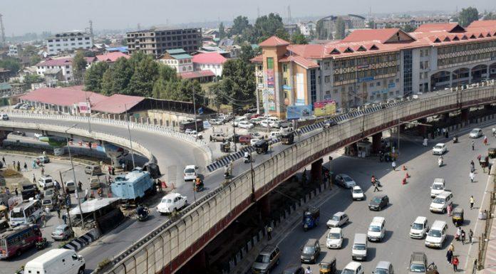 Srinagar witnesses huge rush of traffic after four days on Monday. -Excelsior/Shakeel