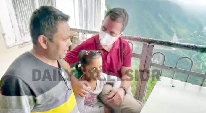 Former AICC president Rahul Gandhi interacting with pilgrims enroute Vaishnodevi shrine on Thursday. -Excelsior/Romesh Mengi