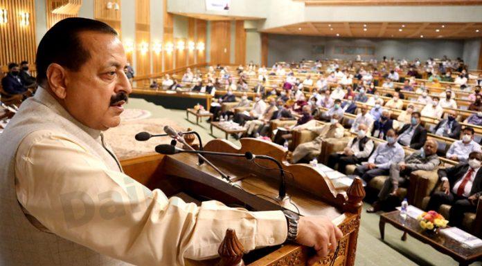 Union Minister, Dr Jitendra Singh addressing inaugural session of CSIR workshop at Srinagar on Sunday. —Excelsior/Shakeel