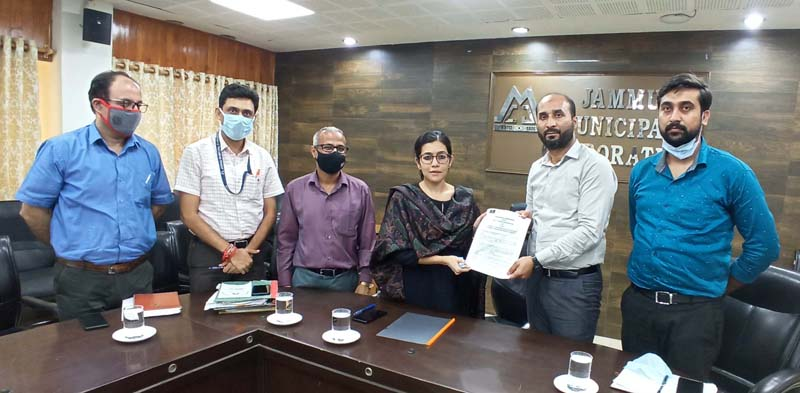 JMC Commissioner Avny Lavasa displaying copy of MoU Signed with CSC SPV.