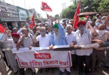 Farmers led by (CPI-M) leader, MY Tarigami staging protest near Press Club in Jammu on Monday. -Excelsior/Rakesh