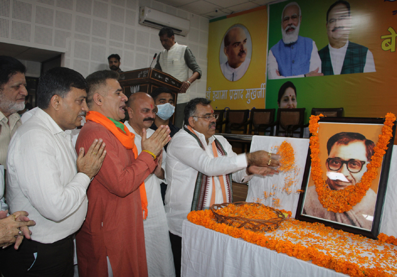 BJP leaders paying tributes to Pt Deen Dayal Upadhyay at Jammu on Saturday. -Excelsior / Rakesh