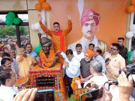 BJP leaders unveiling statue of Maharaja Hari Singh at party headquarters Trikuta Nagar on Thursday. -Excelsior/Rakesh