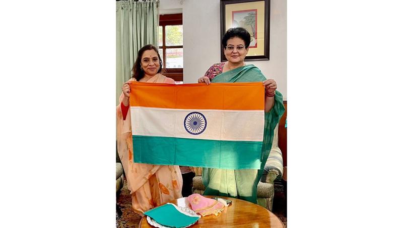 Founding Chairperson of FICCI FLO JKL Chapter Ritu Singh presenting a Khadi Tricolour to NCW Chairperson Rekha Sharma.