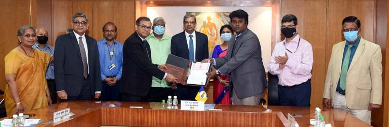 Senior officers of LIC of India and Department of Posts during signing of an agreement in Mumbai.