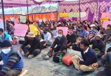 Daily wagers raising slogans during protest. Excelsior/Morup Stanzin