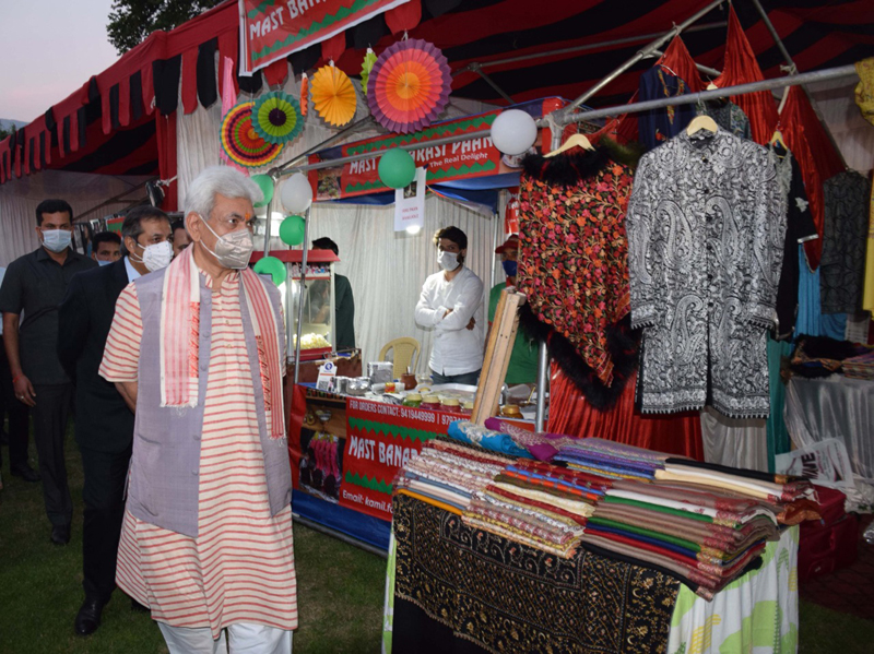Lt Governor inspecting a stall.