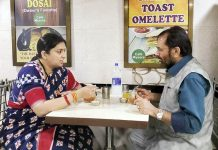 Union Minister for Minority Affairs Mukhtar Abbas Naqvi and Union Minister for Women and Child Development Smriti Irani eating at a common eatery, in Mumbai during various 'Poshan Abhiyaan' programmes on Monday. (UNI)