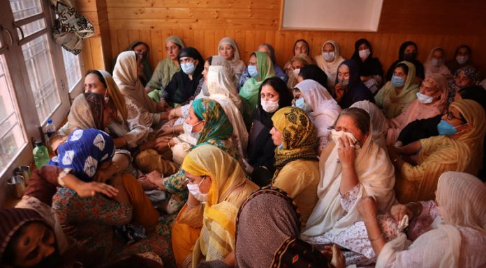 Family members of Principal Satinder Kaur mourns the killing at her residence in Srinagar on Thursday. —Excelsior/Shakeel